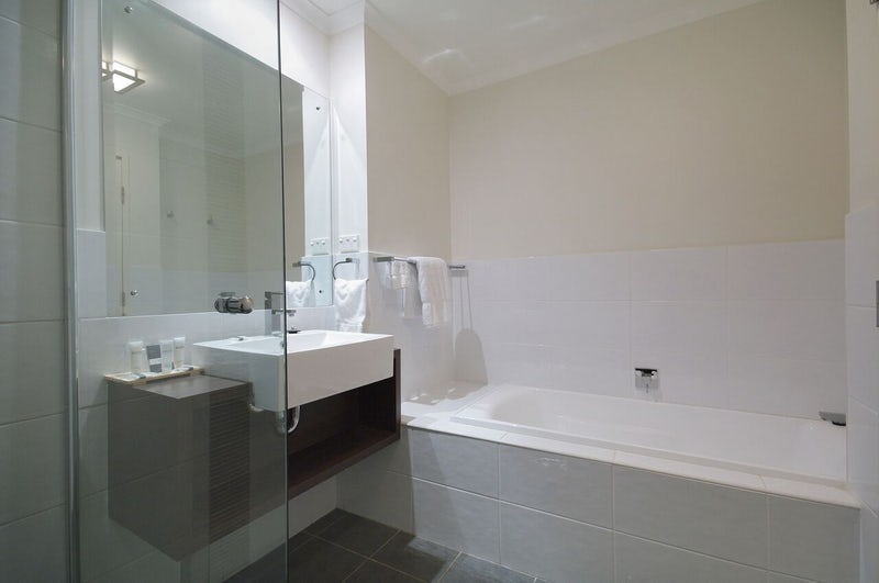 Hotel room with a bathtub in port macquarie